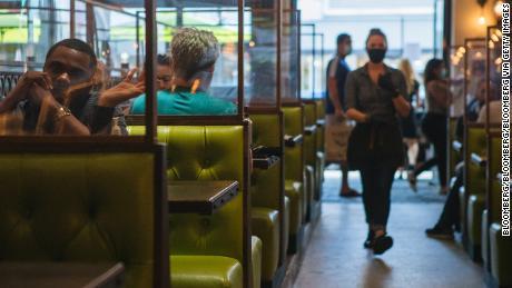 Binnen versus buiten dineren: welke restauranttafels zijn veiliger?