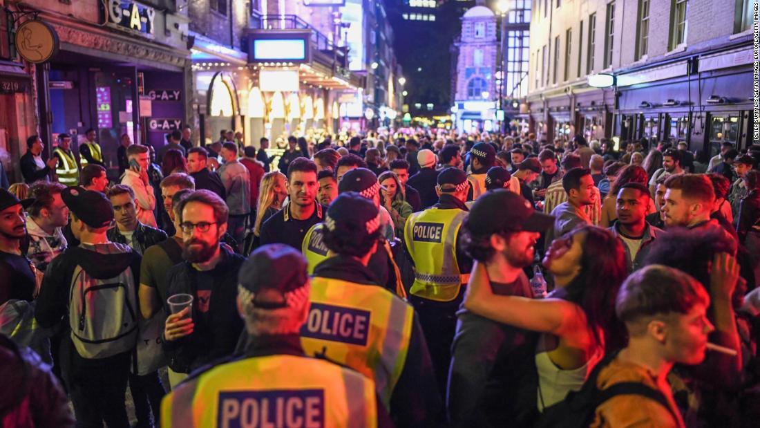 Pubs heropenen zich in heel Engeland terwijl de politieagent waarschuwt voor een gebrek aan sociale afstand