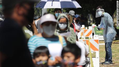 Elke dag bezoeken massa's mensen testlocaties in de VS en sommigen moeten uren wachten voordat ze een Covid-19-test doen.