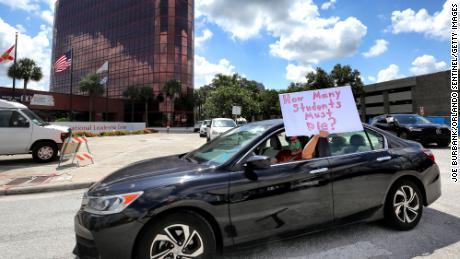 Leraren protesteerden dinsdag buiten het hoofdkantoor van Orange County Public Schools in Florida.