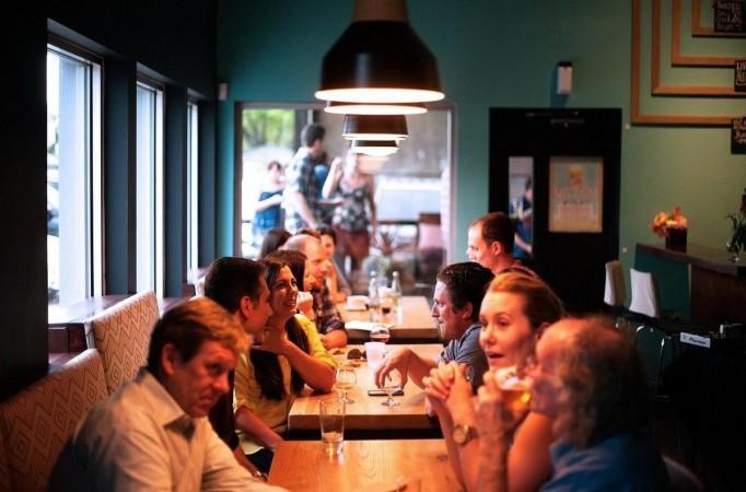 Mensen dineren in een restaurant