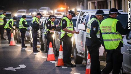 De politie stopt en ondervraagt chauffeurs bij een controlepost op 8 juli in Albury, Australië.