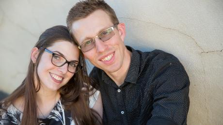 April Smithers (links) wordt behandeld voor botkanker in Albury in New South Wales. Zij en haar man Chris Carter (rechts) wonen in Wodonga, over de staatsgrens in Victoria.