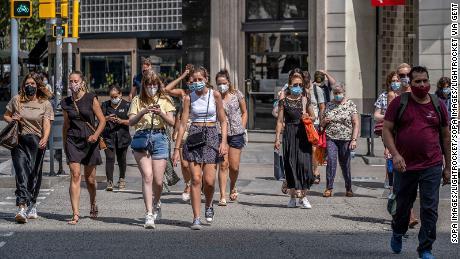 Mensen dragen gezichtsmaskers in Barcelona, Spanje, waar degenen die dat niet doen in de openbare ruimte een boete van 100 euro krijgen.