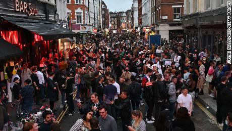 Feestgangers pakken op 4 juli een straat buiten bars in het Soho-gebied van Londen, omdat de beperkingen verder worden versoepeld.