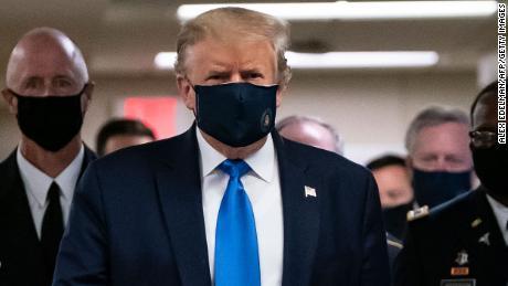 Trump draagt een masker tijdens bezoek aan gewonde dienstmedewerkers bij Walter Reed
