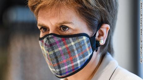 Eerste minister van Schotland, Nicola Sturgeon, draagt een Tartan-gezichtsmasker als ze vorige maand een winkelpark in Edinburgh bezoekt.