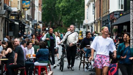 Klanten genieten eerder in juli van hun drankjes in Soho, Londen, terwijl pubs, restaurants, hotels en kappers in Engeland weer opengaan.