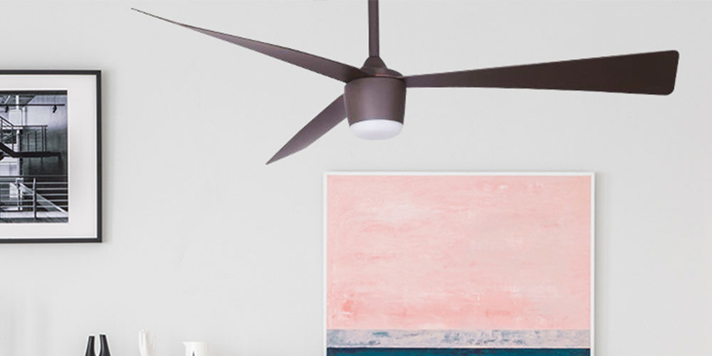 Een kamer met een plafondventilator en kunst