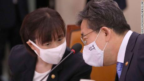 Park Yang-woo, rechts, minister van het Ministerie van Cultuur, Sport en Toerisme, praat met Choi Yoon-hee, links, vice-minister van het Ministerie van Cultuur, Sport en Toerisme. Zuid-Koreaanse functionarissen hebben hun excuses aangeboden en gezworen om zich te verdiepen in de dood van Choi Suk-hyeon.