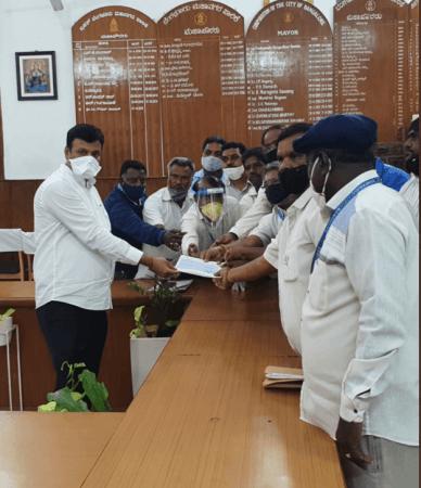 Burgemeester van BBMP, Goutham Kumar, overhandigt de controle aan de familie van Shilpa