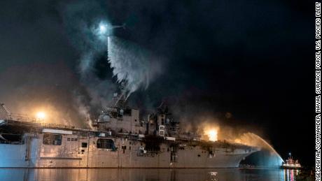 Een helikopter van de Amerikaanse marine bestrijdt op 14 juli een brand aan boord van het amfibische aanvalsschip USS Bonhomme Richard.