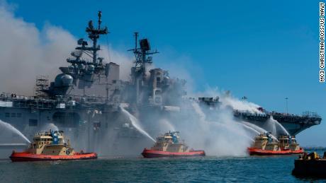 Matrozen en federale brandweerlieden bestrijden een brand aan boord van het amfibische aanvalsschip USS Bonhomme Richard op marinebasis San Diego op 12 juli.