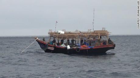 Tussen augustus en oktober 2018 wordt ergens tussen augustus en oktober 2018 een Noord-Koreaanse inktvisboot in de Russische wateren gezien.