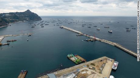Chinese schepen worden op 11 november 2017 beschut tegen slecht weer in de haven van Sadong op het eiland Ulleung in Zuid-Korea.