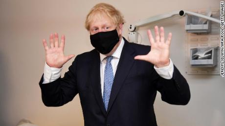 Masks-regel wordt van kracht in Engeland, zoals Boris Johnson anti-vaxxers & # 39; nuts & # 39; noemt