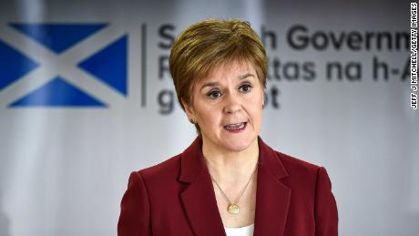 Eerste minister Nicola Sturgeon geeft een coronavirusbriefing in Edinburgh.