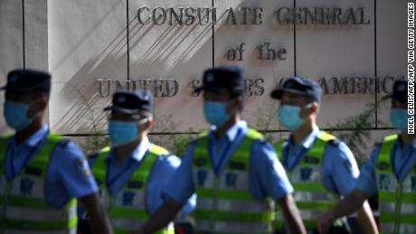 Politieagenten marcheren op 26 juli voor het Amerikaanse consulaat in Chengdu, de zuidwestelijke provincie Sichuan in China.