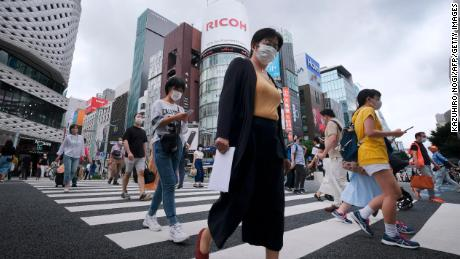 Voetgangers lopen op 25 juli 2020 bij een kruising in het winkelgebied van Ginza in Tokio.