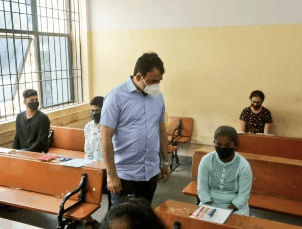Plaatsvervangend CM Ashwathnarayan bezoekt het CET-examencentrum