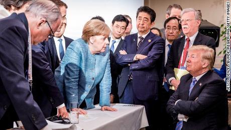 """Na een rancuneuze G7-top in 2018 in Canada en een """"enigszins deprimerend"""" resultaat, Merkel & # 39; s kantoor heeft deze foto vrijgegeven."""