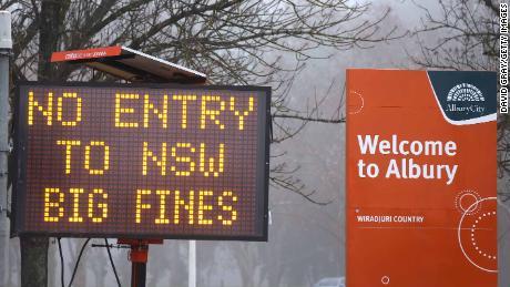 Op 7 juli wordt in de grensstad Albury in New South Wales, Victoria een teken van geen toegang getoond.