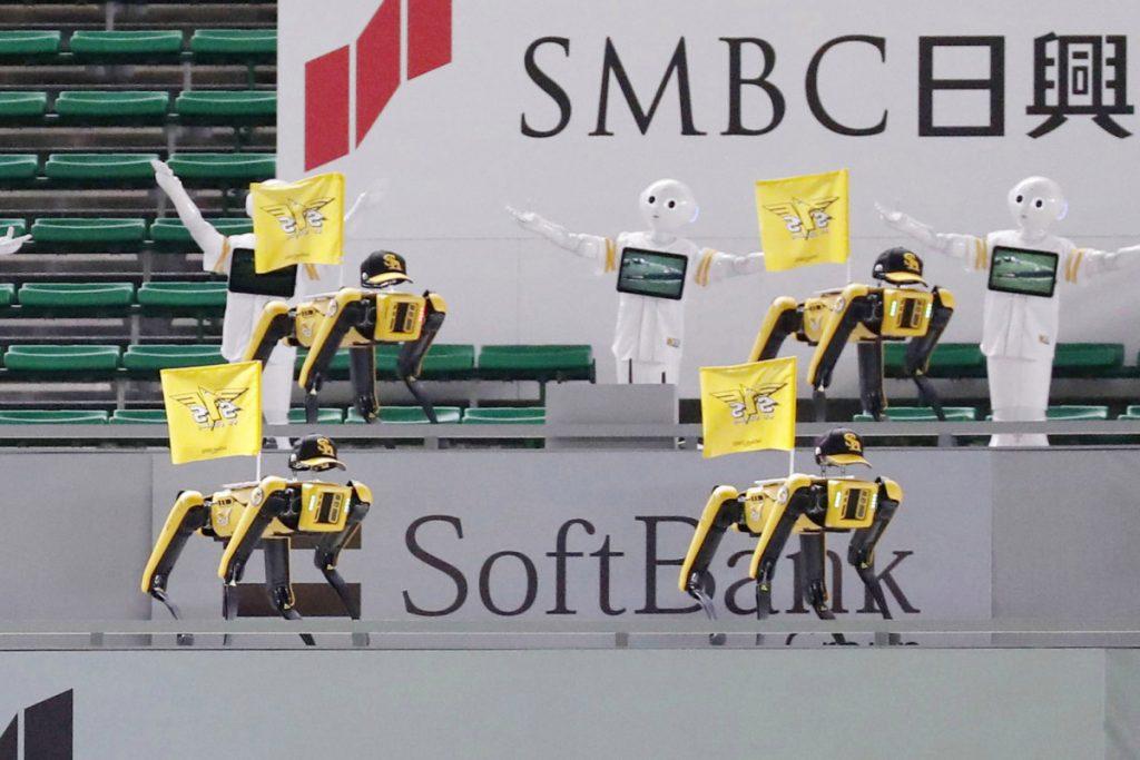 Dansende robots vervangen fans bij Japanse honkbalwedstrijd