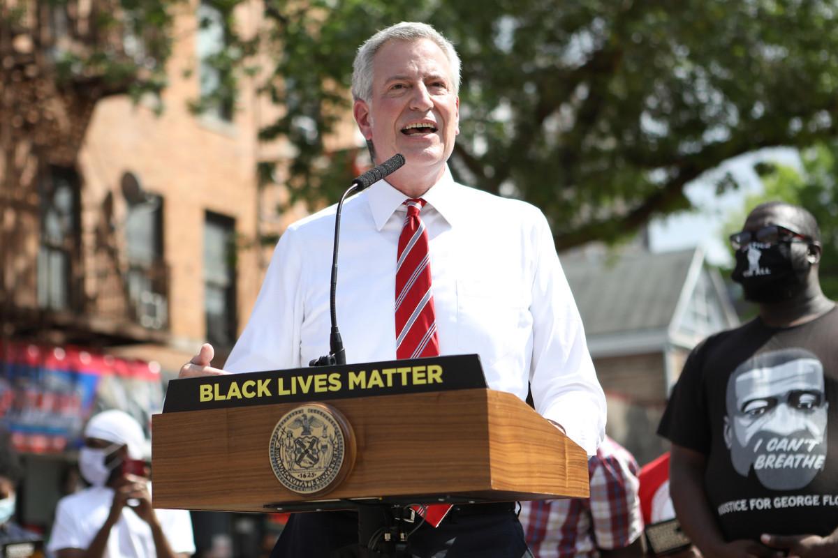 De Blasio zweert gerechtelijke stappen als federale handhaving voet aan wal zet in NYC