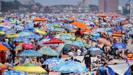 Het strand van Coney Island in New York werd tijdens het vakantieweekend druk bezocht.