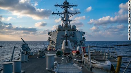 De Amerikaanse marine voert back-to-back uitdagingen voor de beweringen van de Zuid-Chinese Zee in Peking