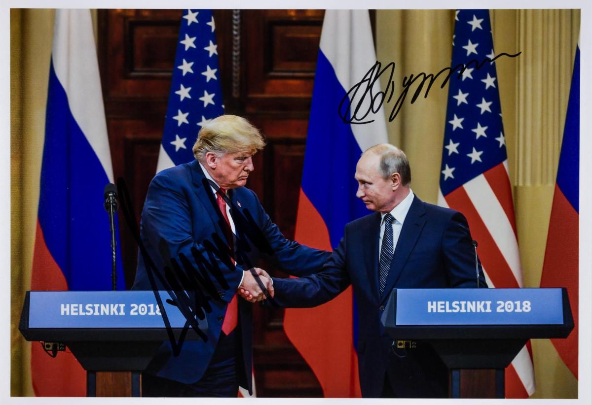 De enige bekende gezamenlijk ondertekende foto van Vladimir Poetin en Donald Trump kost $ 32.500