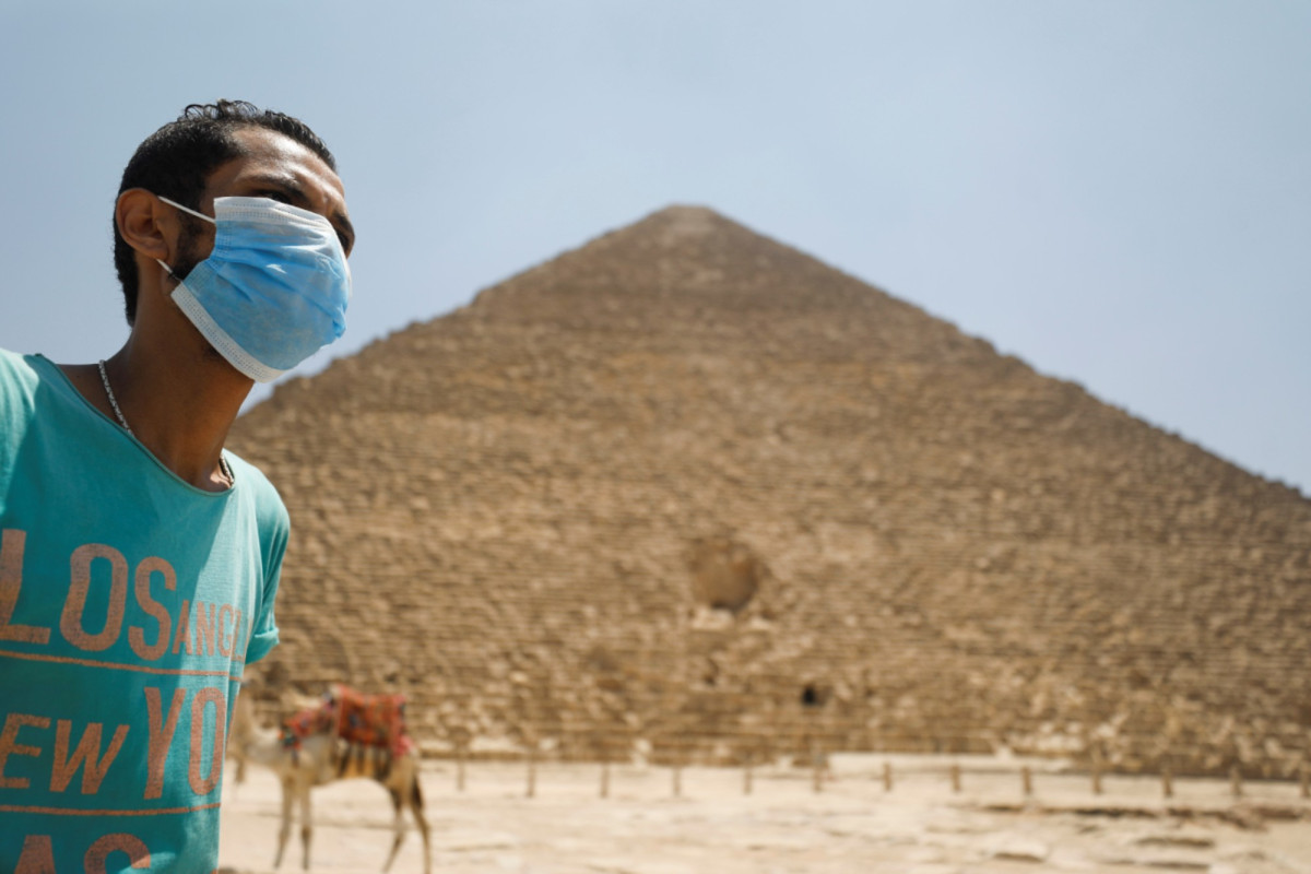 Egypte heropent luchthavens en verwelkomt toeristen in piramides na sluiting van COVID