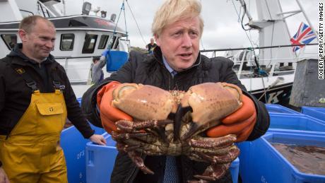 De Britse premier Boris Johnson heeft een krab in Stromness Harbor, Orkney.