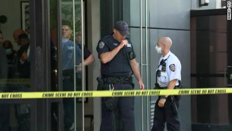 De politie is te zien buiten het gebouw in de Lower East Side van Manhattan.