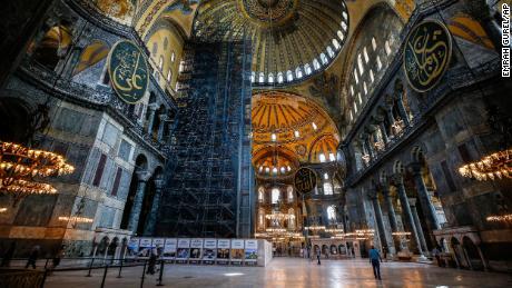 Mensen bezoeken op donderdag 25 juni 2020 de Hagia Sophia uit het Byzantijnse tijdperk, een van de belangrijkste toeristische attracties van Istanbul in de historische wijk Sultanahmet in Istanbul.