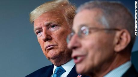 Trump en Fauci spreken niet als de pandemie van het coronavirus verergert