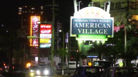 Het American Village in Chatan, Okinawa, is een populaire ontmoetingsplaats voor Amerikaanse troepen op het Japanse eiland.