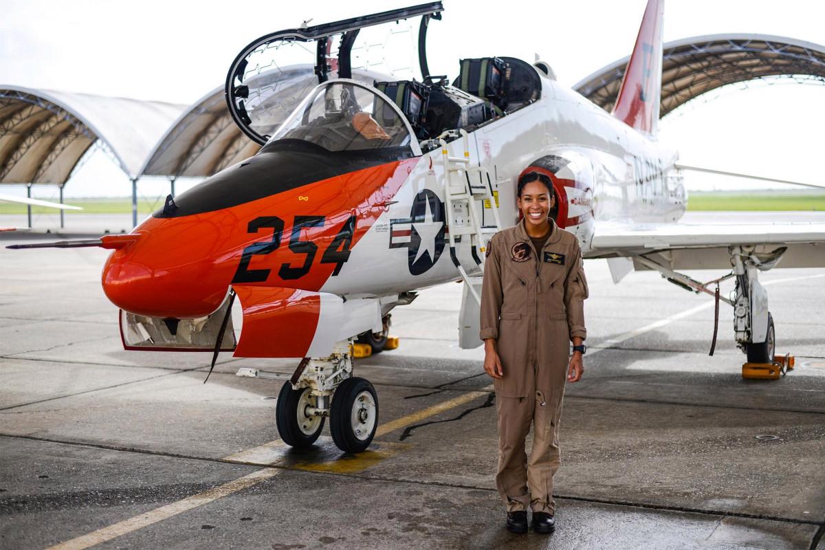 Madeline Swegle wordt de eerste zwarte vrouwelijke gevechtspiloot van de Amerikaanse marine