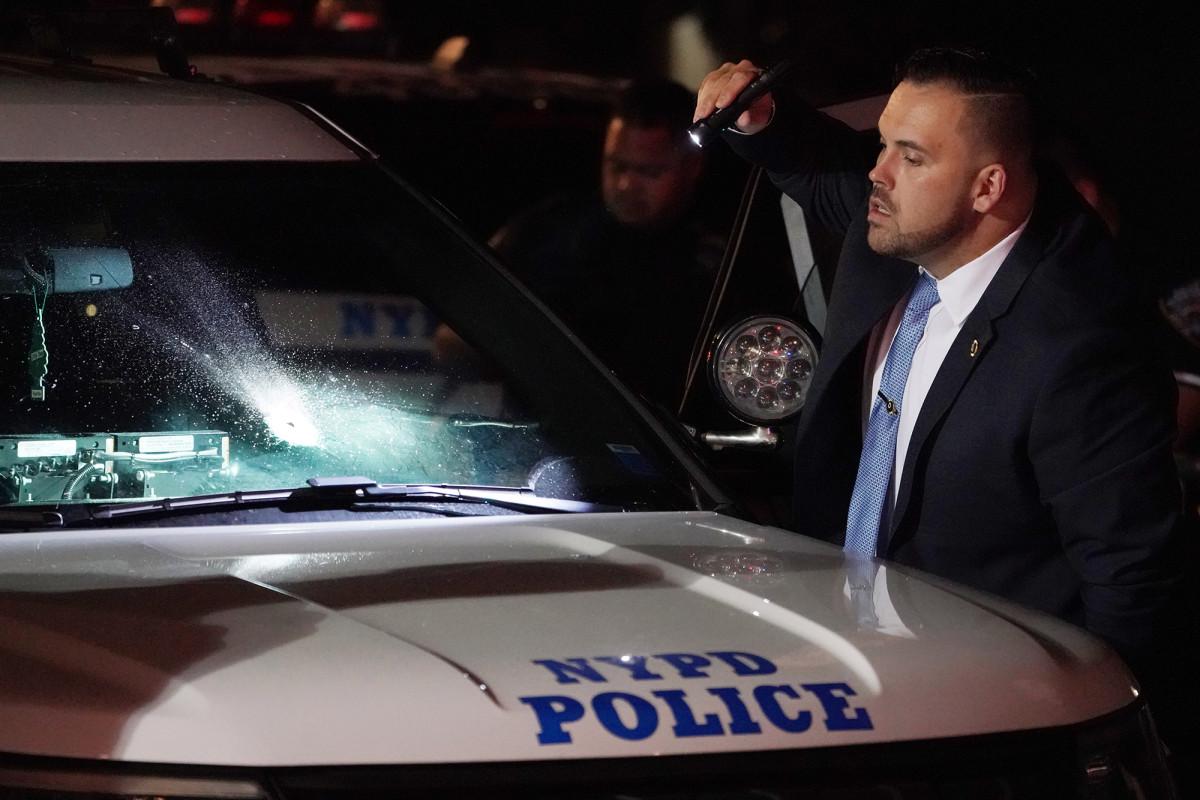 NYPD-voertuig vast door kogel, maar mist twee agenten: video