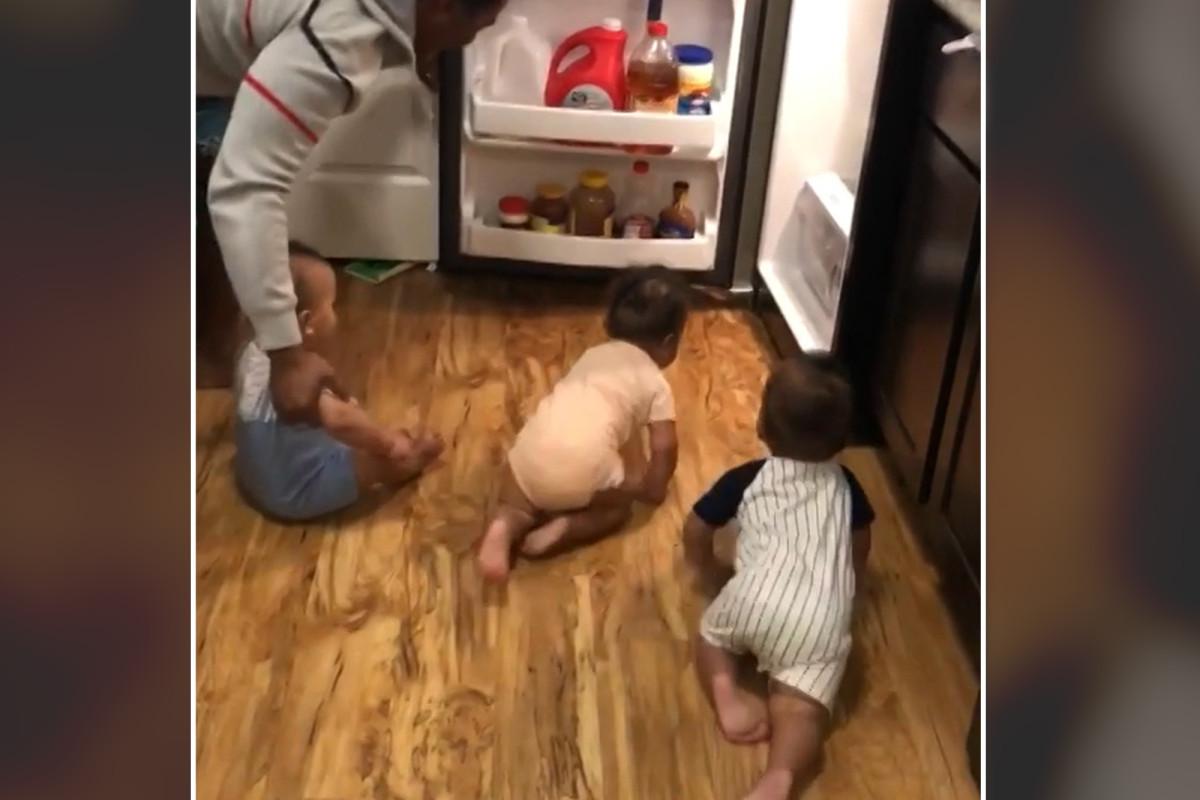Papa worstelt om met drieling de koelkast te overvallen in grappige video