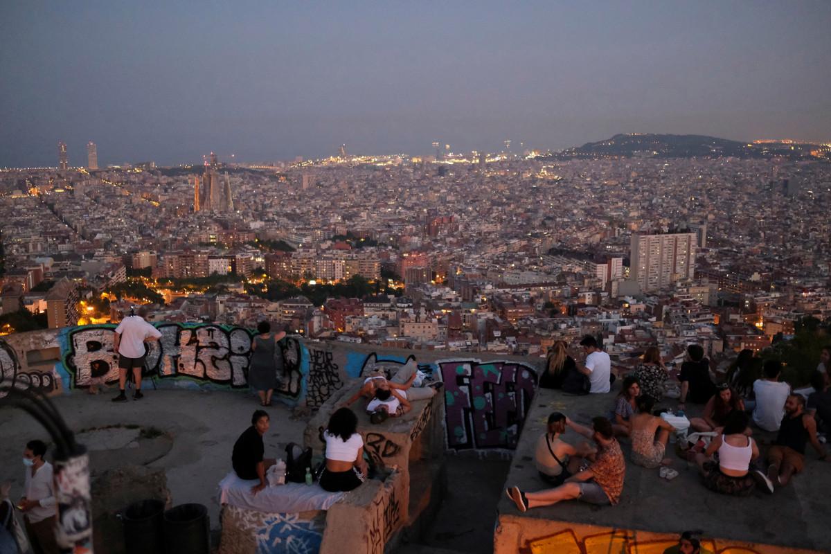 Stop met feesten of we gaan misschien weer op slot, vertelt de regionale chef aan de jonge Catalanen