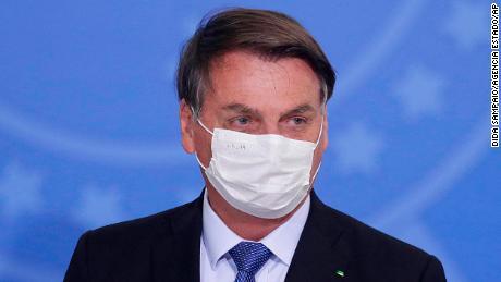Jair Bolsonaro uit Brazilië test positief voor Covid-19 na maandenlang negeren van de ernst van het virus