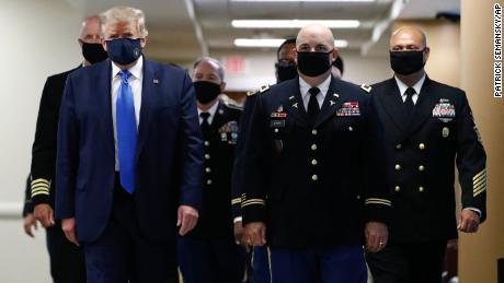 Trump tweets beeld van zichzelf met een masker op en noemt het 'patriottisch'