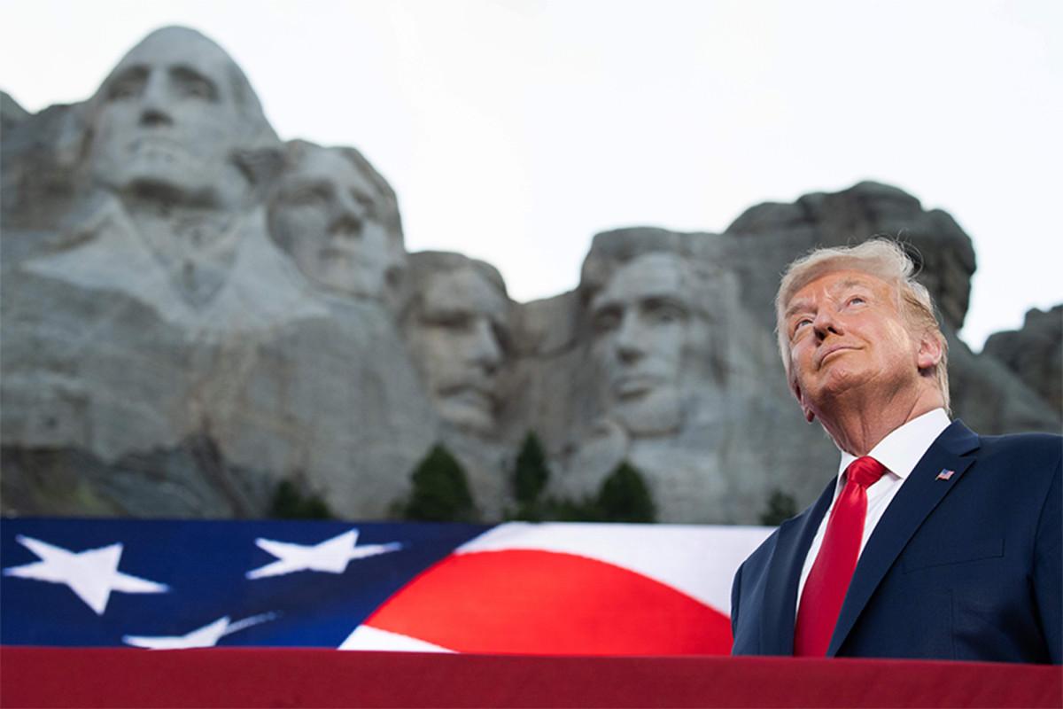 Trump schiet links in vurige Mount Rushmore-toespraak
