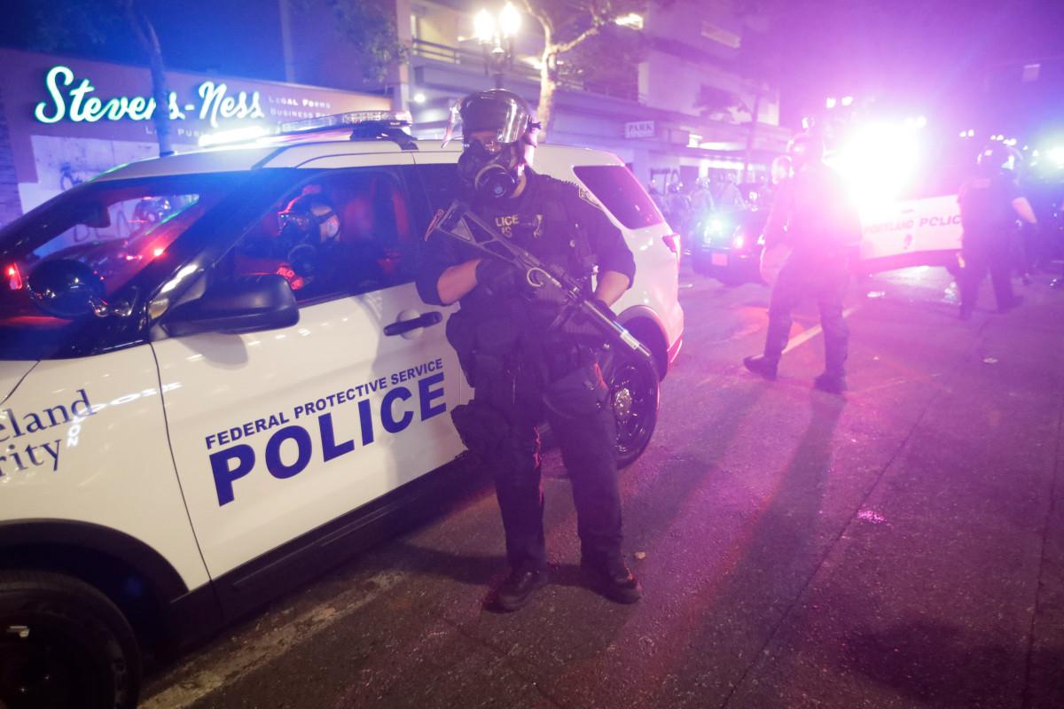 Twee mensen zijn gearresteerd nadat er geweerschoten zijn gehoord in de buurt van de protestsite van Portland