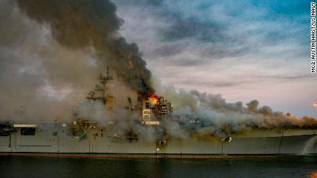 Op 12 juli 2020 brandt een vuur aan boord van de USS Bonhomme Richard in San Diego.