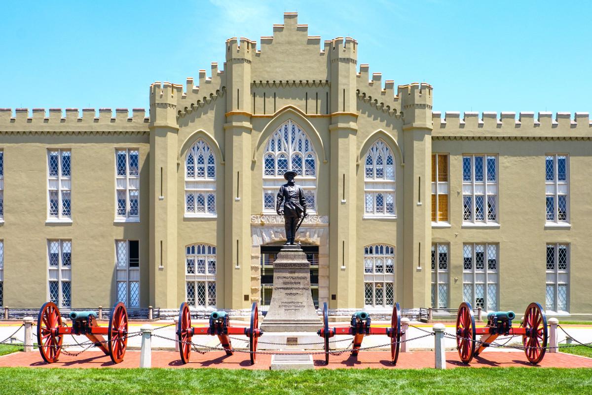 Virginia Military Institute zal Confederate standbeelden niet verwijderen of gebouwen hernoemen