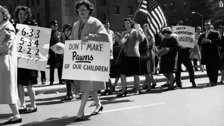 Protesten over de integratie van scholen is niet nieuw. In 1965 leden van ouders & # 39; vereniging gekozen buiten de Board of Education in Brooklyn, New York, tegen een voorstel om openbare scholen te integreren.