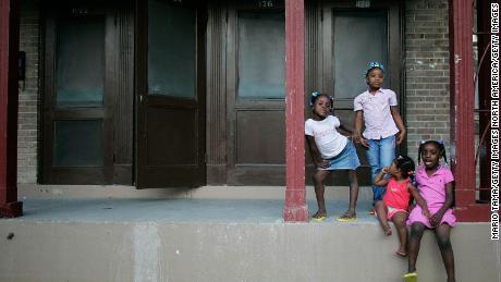 De zussen Corlia, Kayla, Aaliyah en Kaylen Smith staan op hun veranda aan de B.W. Cooper woonproject in New Orleans.