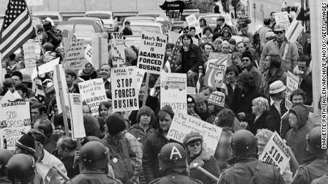 Demonstranten dragen borden tegen gedwongen schoolbusvervoer buiten een conventie van democratische leiders in Louisville, Kentucky, op 23 november 1975.